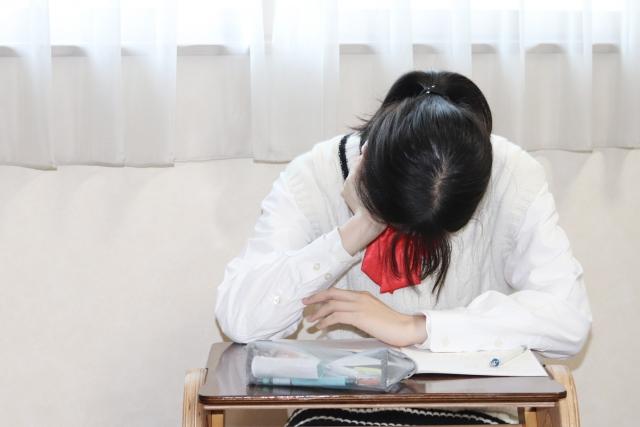 居眠りする学生